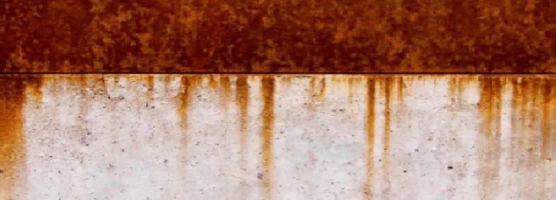 Muro pieno di ruggine