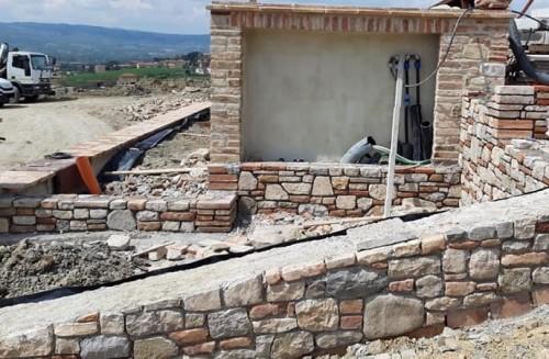 Opera di recinzione in muratura in realizzazione