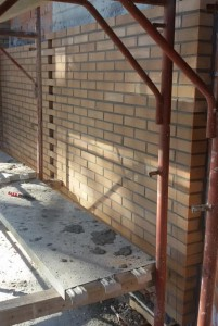 parete in mattoni in fase di esecuzione