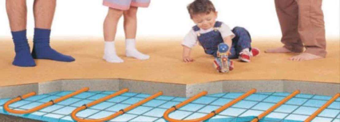 Bambino su pavimentazione con impianto installato