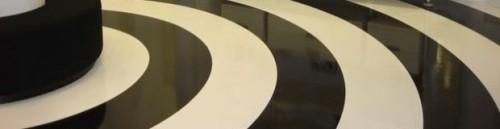 Un pavimento in resina bianco e nero