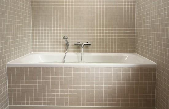 Foto di vasca da bagno su bagno ristrutturato
