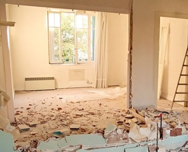 Appartamento con parete distrutta in fase di ristrutturazione