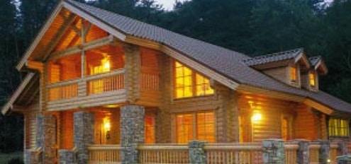 Bellissima Casa in legno con luci accese di sera