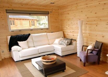 Sala con divano in pelle su casa in legno