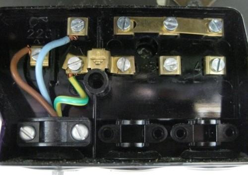 Sistema elettrico per allaccio del cronotermostato alla rete elettrica
