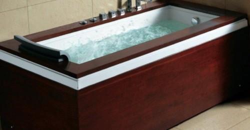 Vasca in legno con idromassaggio acceso