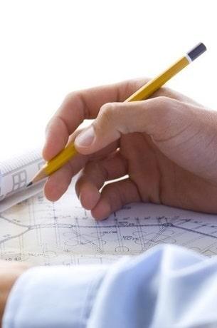 Tecnico edile che analizza un progetto sul disegno