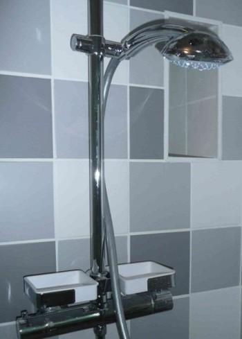 Soffione economico della doccia su bagno ristrutturato