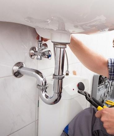 Lavoro idraulico su lavandino del bagno