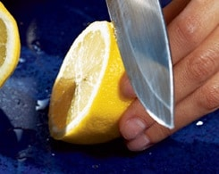 Limone affettato in cucina su lastra di granito