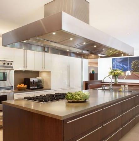 Una cucina arredata dopo la ristrutturazione della casa