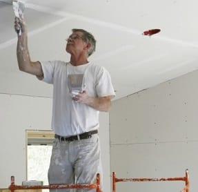 Artigiano mentre effettua lavoro per Ristrutturare casa