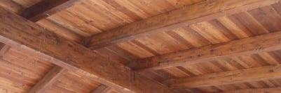 Tetto in legno lucidato foto da sotto