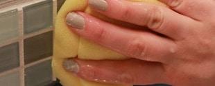 Pulizia con spugna delle piastrelle