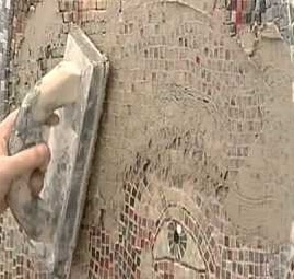 Stuccatura di  mosaico su un muretto