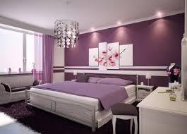 Camera da letto su casa tinteggiata color viola
