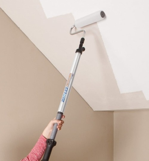 Pitturare il soffitto di bianco con il rullo