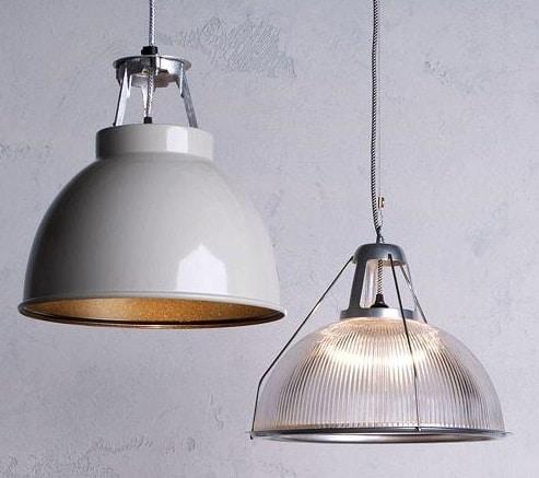 2 lampade che scendono dal soffitto