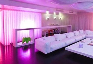 Sala illuminata con luci dal colore lilla