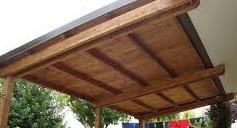 Tettoia in legno realizzata su giardino
