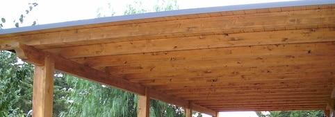 Tettoia in legno appena installata
