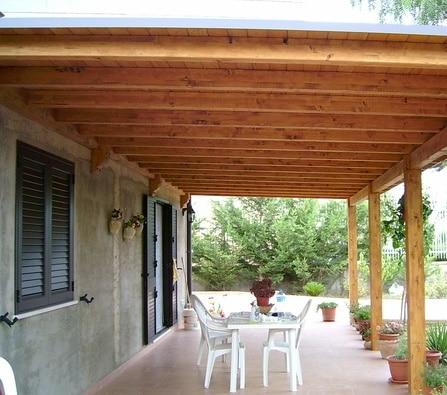 Giardino esterno con Tettoia in legno