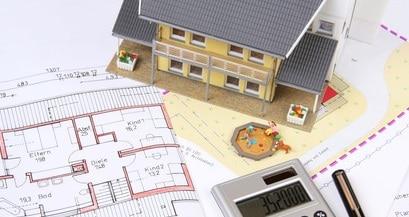 Immagine di disegno tecnico con calcolatrice per calcolo costi
