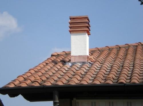 Un tetto con una Canna fumaria realizzata