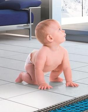 Bimbo su bagno appena riscaldato