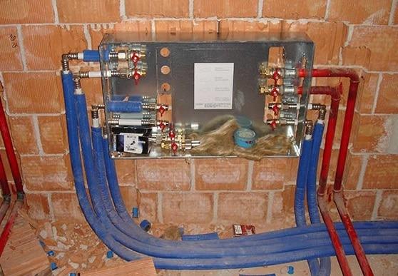 Centrale di un impianto idraulico del bagno