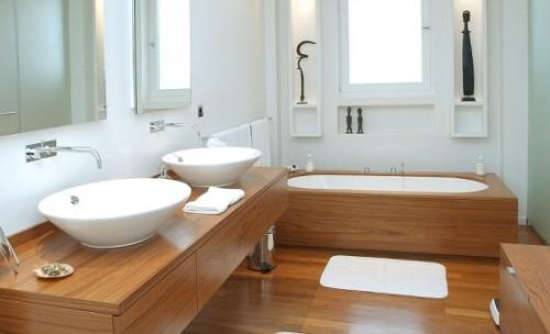 Fantastico bagno realizzato con arredi in legno