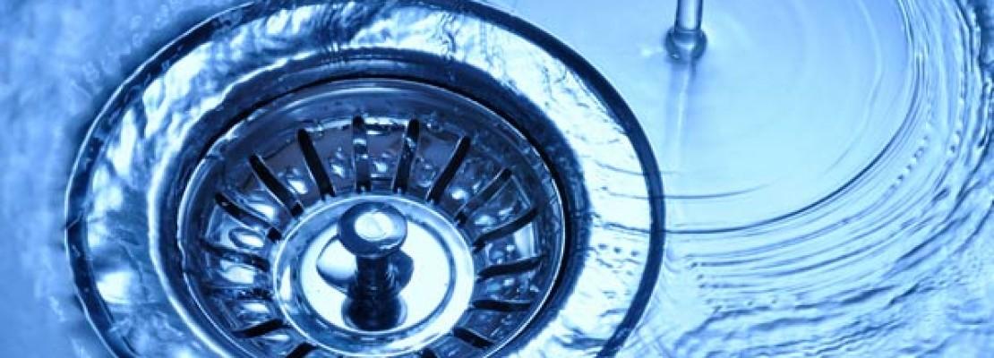 Immagine di acqua che scorre su lavandino dopo che l'impianto idraulico è terminato