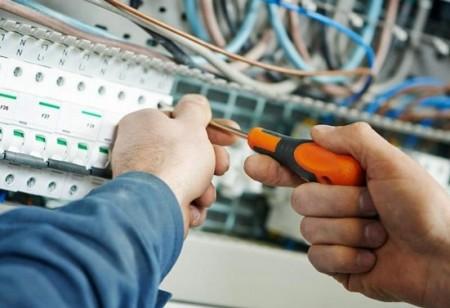Foto di elettricista che sistema impianto elettrico