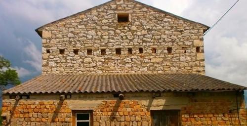 Parte superiore di casa antica a due piani da ristrutturare