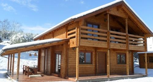 Una casa prefabbricata in legno con la neve sul tetto