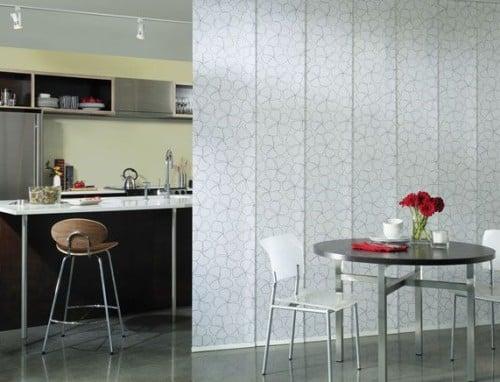 Bellissima parete di tessuto per dividere gli interni di una casa