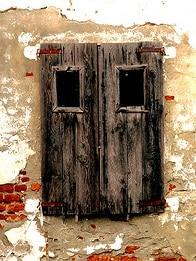 Porta vecchissima di casa da ristrutturare