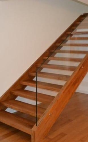 Bellissima scala in legno su casa da ristrutturare