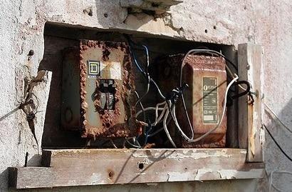 Vecchissimo impianto elettrico esterno su casa da ristrutturare