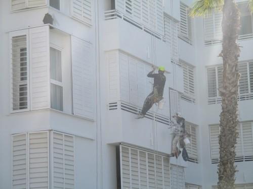 Due operai al lavoro con la tecnica dell'edilizia acrobatica