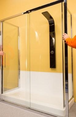 Montaggio di parete in vetro su doccia con il fai da te