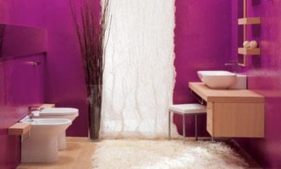 Bellissimo bagno piccolo ristrutturato e tinteggiato color viola