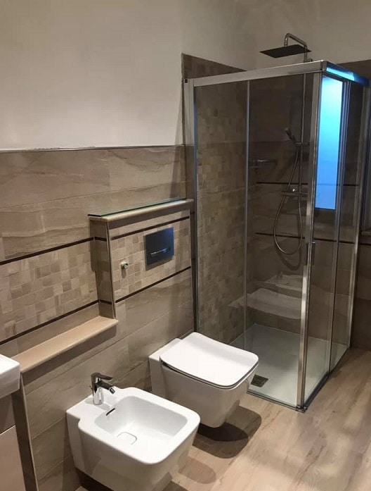 Bagno ristrutturato sostituendo la vasca con la doccia