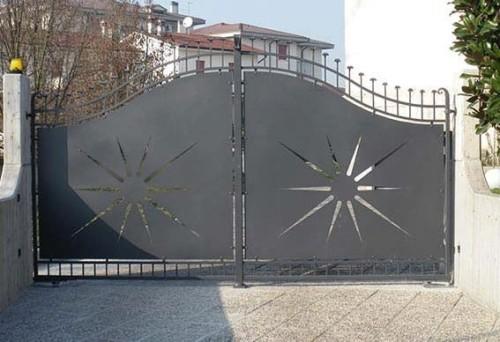 Un cancello automatico in ferro