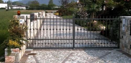 Un cancello automatico su un vialetto di casa