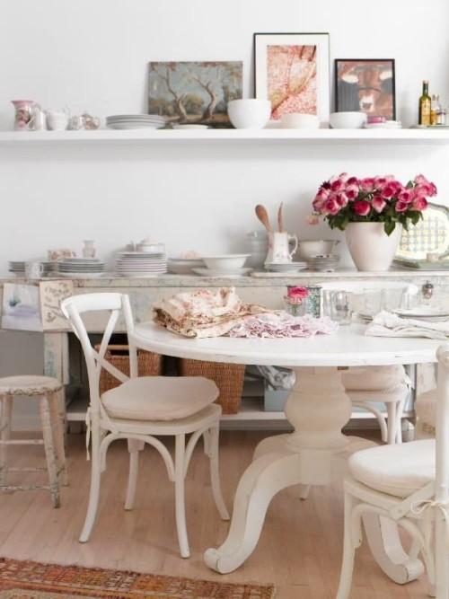 Mensole e tavolo di cucina shabby chic