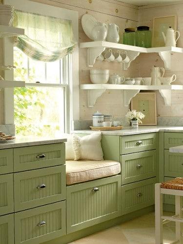 Cucina shabby chic con seduta fronte finestra