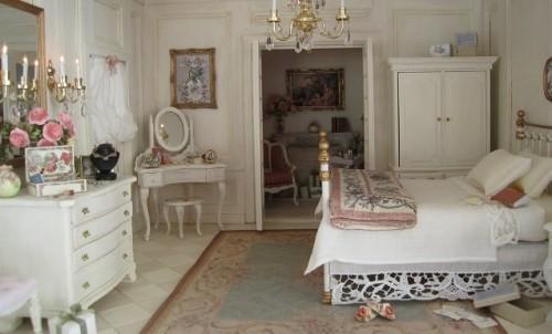 Una camera con arredo shabby chic