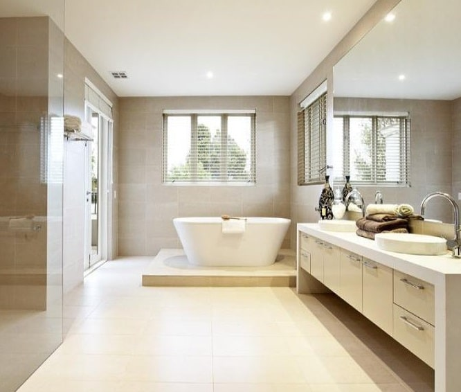 Bagno moderno chiaro con vasca
